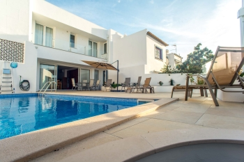 Luxury 4 bedroom house with private pool in the city center